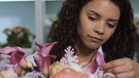 Composición de acabado de la flor del florista en taller almacen de metraje de vídeo