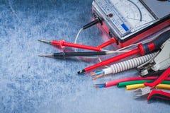 Composición de artículos eléctricos sobre cierre metálico del fondo fotos de archivo