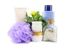 Composición de baño con la sal, la esponja y el champú del mar Imágenes de archivo libres de regalías