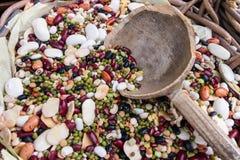 Composición de diversos tipos de legumbres Garbanzos, lenteja roja fotografía de archivo