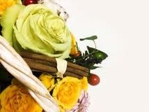 Composición de flores y de frutas Ramo en un fondo blanco Fotografía de archivo libre de regalías