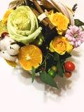 Composición de flores y de frutas Ramo en un fondo blanco Imagen de archivo