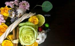 Composición de flores y de frutas Ramo en un fondo oscuro Imágenes de archivo libres de regalías