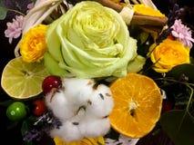 Composición de flores y de frutas Ramo en un fondo oscuro Foto de archivo