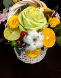 Composición de flores y de frutas Ramo en un fondo oscuro Foto de archivo libre de regalías