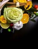 Composición de flores y de frutas Ramo en un fondo oscuro Fotos de archivo