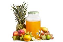 composición de frutas jugosas maduras y de un tarro de cristal con limonada Fondo blanco aislado foto de archivo libre de regalías