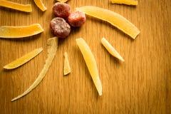 Composición de frutas secadas en un fondo de madera Foto de archivo