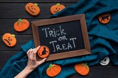 Composición de Halloween con chalboard y las galletas fotografía de archivo