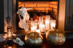Composición de Halloween en el primer de la chimenea Fotos de archivo libres de regalías