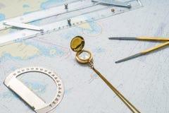 Composición de la aún-vida de la navegación con los artículos en un mapa Fotos de archivo libres de regalías