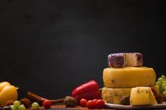 composición de la Aún-vida del queso gastrónomo Fotos de archivo