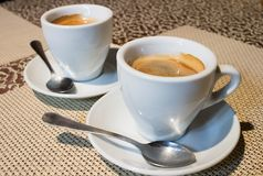 composición de la Aún-vida, dos tazas de café, placas blancas de la porción, s Imágenes de archivo libres de regalías