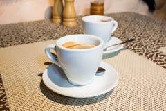 composición de la Aún-vida, tazas de café, placas blancas de la porción, pequeñas Fotos de archivo