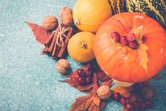 Composición de la acción de gracias de la calabaza de otoño con las hojas y las nueces Visión superior Imagen de archivo libre de regalías