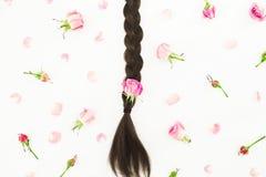 Composición de la belleza con el pelo y las flores rosadas en el fondo blanco Concepto del peluquero Endecha plana, visión superi Imagenes de archivo