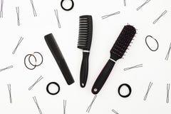 Composición de la belleza con las herramientas para el peluquero en el fondo blanco Endecha plana, visión superior Imágenes de archivo libres de regalías