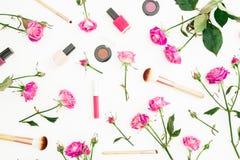 Composición de la belleza con las rosas y los cosméticos rosados con los accesorios en el fondo blanco Fondo del día del ` s de l Foto de archivo libre de regalías
