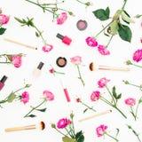 Composición de la belleza con las rosas y los cosméticos rosados en el fondo blanco Endecha plana, visión superior Imagen de archivo libre de regalías