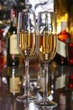 Composición de la celebración con dos vidrios blancos y uvas de vino rojo en la tabla del espejo Fotos de archivo libres de regalías