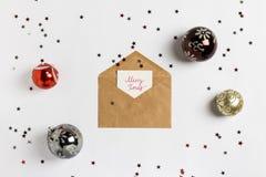 Composición de la decoración del sobre de Navidad de la tarjeta de felicitación de la Navidad feliz Imagenes de archivo