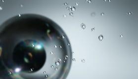 Composición de la esfera negra y de esferas transparentes Imagen de archivo