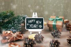 Composición de la Feliz Año Nuevo Las palabras en la pizarra Imagen de archivo
