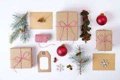 Composición de la Feliz Año Nuevo de la Navidad Regalos de la Navidad, rama del pino, bolas rojas, sobre, copos de nieve de mader Foto de archivo libre de regalías