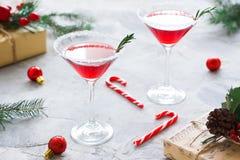 Composición de la fiesta de Navidad con las bebidas en colores rojos imágenes de archivo libres de regalías