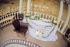 Composición de la flor de la boda con las hojas en la tabla Imagen de archivo