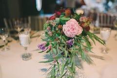 Composición de la flor en una tabla de la boda Foto de archivo