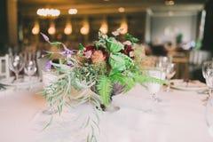 Composición de la flor en una tabla de la boda Imagen de archivo libre de regalías