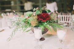 Composición de la flor en una tabla de la boda Fotografía de archivo