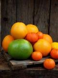 Composición de la fruta cítrica en fondo de madera: mandarinas, naranjas, encanto, limón Vista lateral Imagenes de archivo