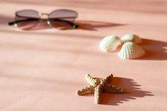 Composición de la moda con los accesorios del mar en fondo rosado con la sombra Endecha plana, blog francés de la forma de vida d foto de archivo