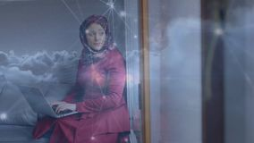 Composición de la mujer que usa su ordenador portátil en la sala de estar libre illustration