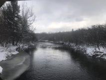 Composición de la naturaleza de la nieve river Fotos de archivo libres de regalías