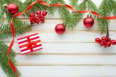 Composición de la Navidad Adornado con las ramas del abeto y la caja de regalo Imagen de archivo