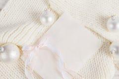 Composición de la Navidad blanca en fondo hecho punto Fotos de archivo libres de regalías