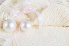 Composición de la Navidad blanca en fondo hecho punto Fotografía de archivo