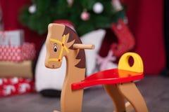 Composición de la Navidad Caballo de oscilación de madera Imagen de archivo libre de regalías