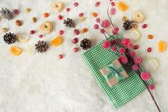 Composición de la Navidad, caja de regalo Todavía vida con los dulces Fotos de archivo