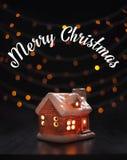 Composición de la Navidad Casa del juguete en luces borrosas de un fondo negro La Navidad, invierno, concepto del Año Nuevo fotografía de archivo libre de regalías