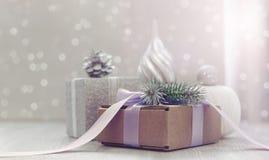 Composición de la Navidad con la caja de regalo con los materiales del arco de la cinta de satén para adornar el topetón del jugu Imagenes de archivo