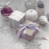 Composición de la Navidad con la caja de regalo con los materiales del arco de la cinta de satén para adornar el topetón del jugu Imagen de archivo libre de regalías