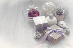 Composición de la Navidad con la caja de regalo con los materiales del arco de la cinta de satén para adornar el topetón del jugu Imagen de archivo