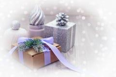 Composición de la Navidad con la caja de regalo con los materiales del arco de la cinta de satén para adornar el topetón del jugu Imágenes de archivo libres de regalías