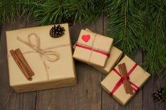 Composición de la Navidad con cuatro presentes en fondo de madera adentro fotografía de archivo