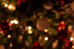 Composición de la Navidad con la decoración del árbol de navidad en una atmósfera de la Navidad foto de archivo