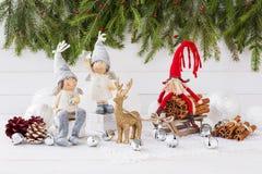 Composición de la Navidad con el árbol de la caja de regalo, de abeto de la Navidad, ángeles y ciervos Año Nuevo Imagen de archivo libre de regalías